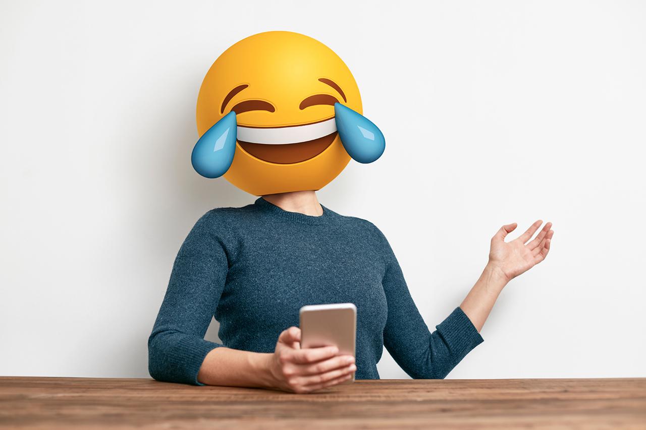 Картинки по запросу люди смеються с телефона